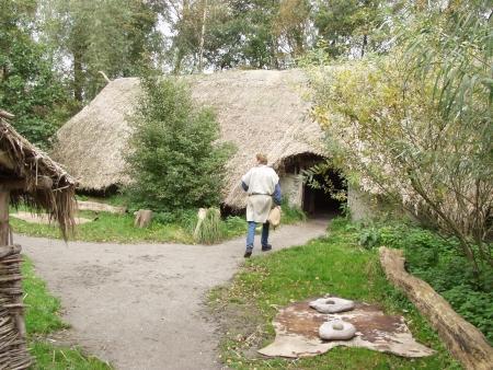 De ingangszijde van de bronstijdboerderij.