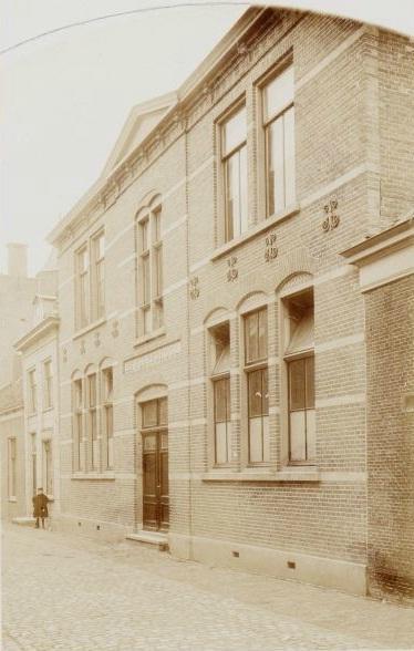 De bewaarschool (later Fröbelschool) aan de Doelenstraat rond 1895.