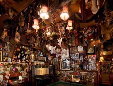 Interieur café Bet van Beeren met afgeknipte stropdassen aan het plafond