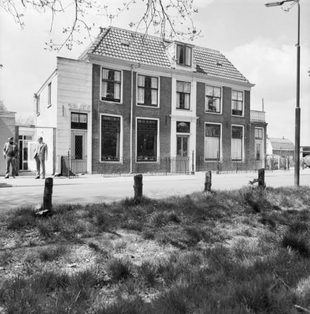 Het huis uit 1774 aan de overzijde van buiten Schoonoord