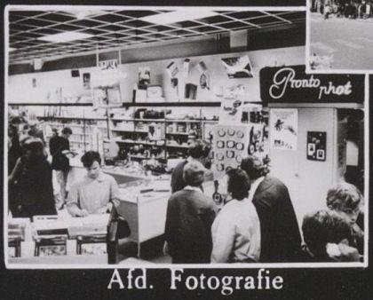 De afdeling fotografie van Vroom & Dreesmann in 1967.