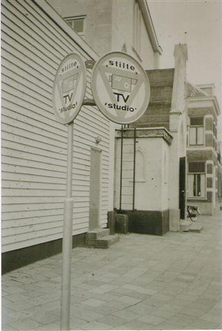 Kerkstraat, bord 'Stilte TV Studio' anno 1960.