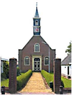 De voorgevel van de kerk met de houten toren.