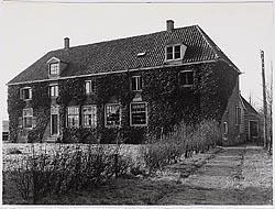 Het Wees- en Armenhuis aan de Lambert Meliszstraat te Westzaan, 1900