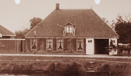Boerderij van Dieuwertje de Geus aan het Noordhollands Kanaal te Schoorldam.