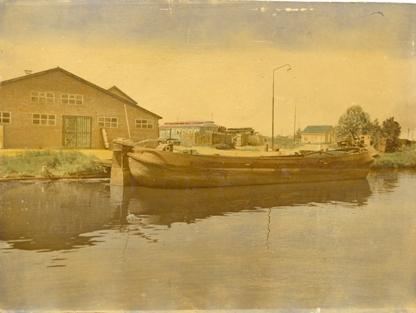 De tjalk Reina, afgemeerd bij de loods van Maasdam en Dekker.