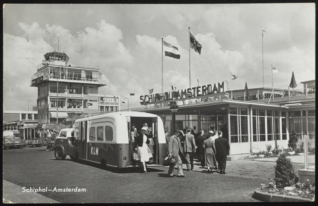 De terminal van Schiphol in 1961.