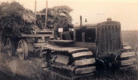 Gerrit Boontjes bestuurt een tractor met rupsbanden.