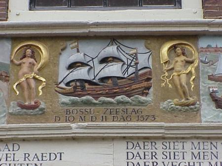 De Slag op de Zuiderzee afgebeeld in de gevel van de Bossupanden in Hoorn