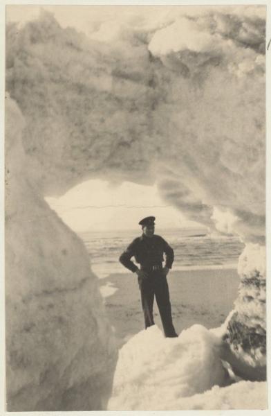 IJsbergen aan het strand van Bergen aan Zee, tijdens de strenge winter van 1947. PA 559- 01067A