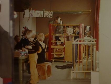 Het interieur van het noodlokaal. De boxhekjes die de kinderen van de hete kachels vandaan moesten houden zijn goed te zien.