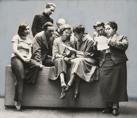 Het gezelschap in Nederland, v.l.n.r.: Lotte Goslar, Igor Dahlen, Heinrich Ortmayer (zittend), Magnus Henning, die achter Sybilla Schloss zit, Erika Mann, Hans Slenka en Therèse Giehse  [c] JACQUES KLÖTERS