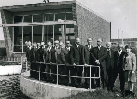Trotse bestuurders voor het nieuwe dieselgemaal De Drieban.