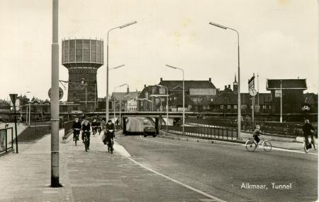 Bergerweg en spoortunnel in de richting van het centrum. Op de foto de gerenoveerde watertoren.