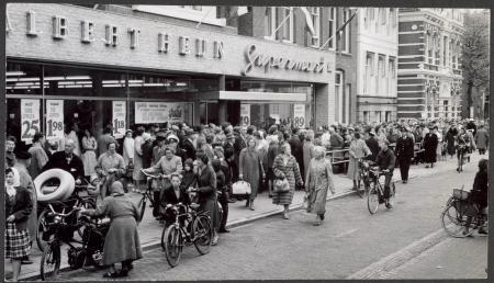 Drukte bij opening nieuwe supermarkt AH in Zaandam, 19 mei 1960