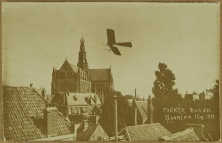 Anthony H. G. Fokker (1890-1939) in zijn zelfgebouwde Spin boven de Grote of St.-Bavokerk in Haarlem.