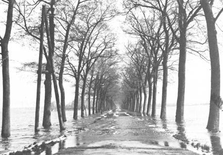 Wormerweg richting Volgerweg tijdens de inundatie van 1944-1945.