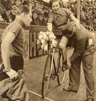 Mien van Bree uit Loosduinen, een van de eerste wielrensters uit ons land van internationale klasse, in de Alkmaarse wielerkuip in 1935.