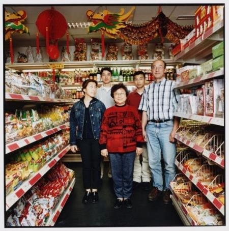 Henko Dun met zijn vrouw en kinderen in hun winkel aan de Geldersekade hoek Stormsteeg.