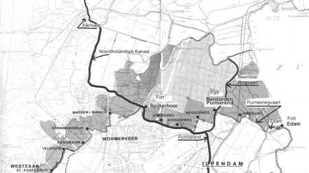 Kaartje van de forten van de Stelling van Amsterdam met inundatieterreinen (donkergrijs).