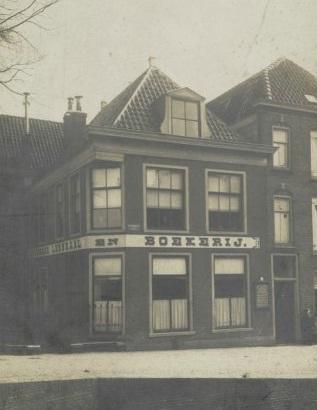 In dit pand op de Kanaalkade in Alkmaar was van 17 november 1908 tot en met 14 augustus 1914 de Openbare Leeszaal en Boekerij gevestigd.