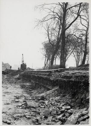 De blootgelegde walmuur bij het Victoriepark, 1951.