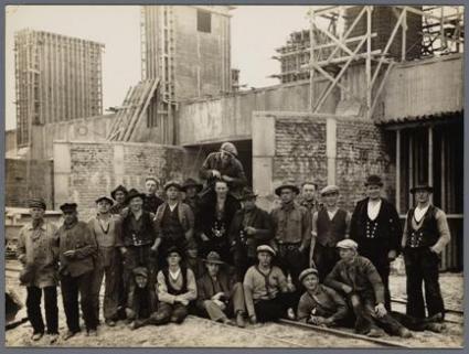 Arbeiders poseren omstreeks 1930 voor één van de sluizencomplexen op de Afsluitdijk.