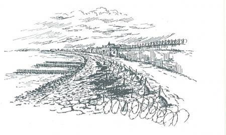 Helderse zeewering met prikkeldraadversperring tijdens de Tweede Wereldoorlog.