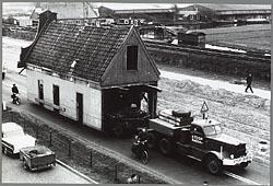 Oostzijde 10 op weg naar zijn plek op de Zaanse Schans