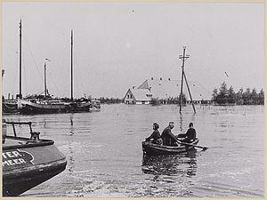 Zicht op ondergelopen Wieringermeerpolder vanaf Kolhorn in 1945.