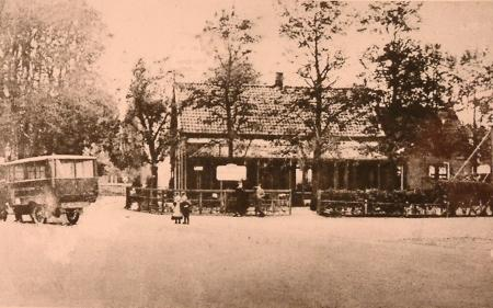 Het Zuivelhuis tegenover Café Zwart, ca. 1950.
