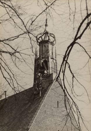 De beschadigde toren van de Ruïnekerk in Bergen na klokkenvordering in april 1943. De Waagtoren werd bedreigd met hetzelfde lot.