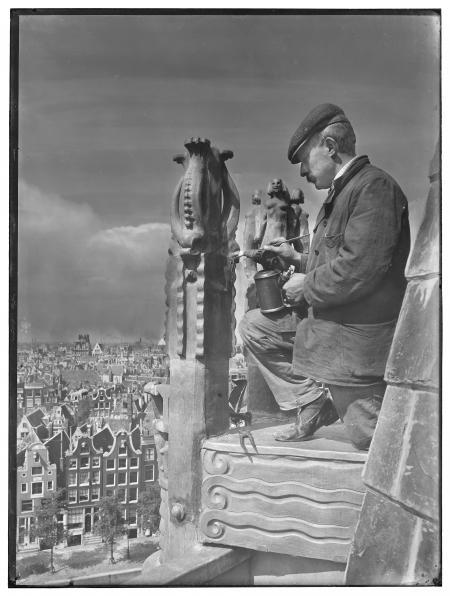 Op de torennok van het Scheepvaarthuis in aanbouw worden de decoraties afgewerkt. Foto: Bernard Eilers, 1915-1916. Collectie STADSARCHIEF AMSTERDAM