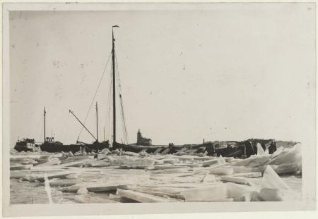 Kruiend ijs bij Marken, winter 13 januari 1947. PA 559-00263