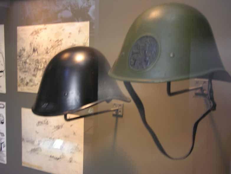 Groene en zwarte helm.