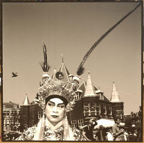 Zanger bij de Peking Opera op de Nieuwmarkt.