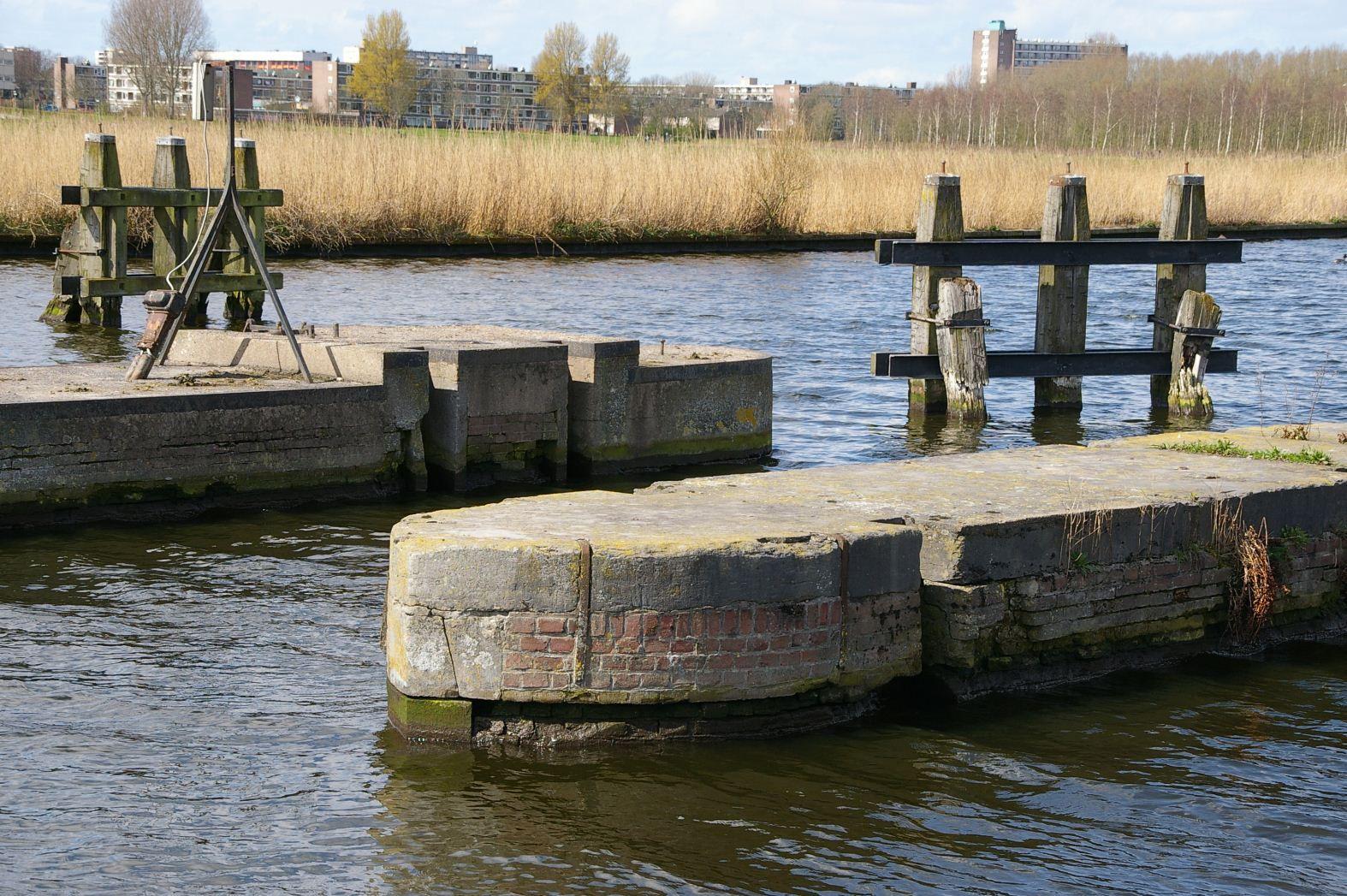 Damsluis in de Ringvaart bij Vijfhuizen.