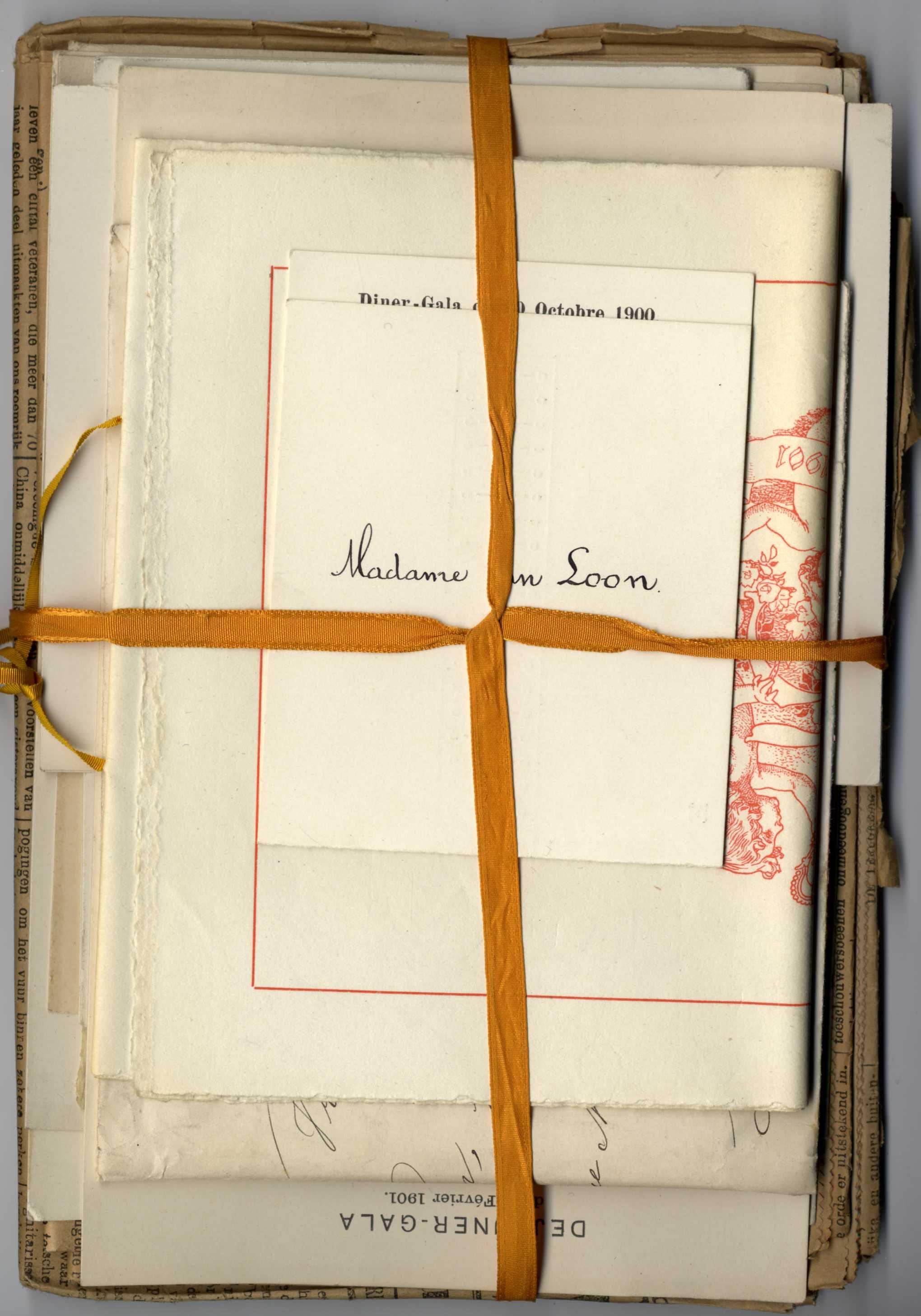 Gebundelde knipsels en uitnodigingen van mevrouw Van Loon-Egidius