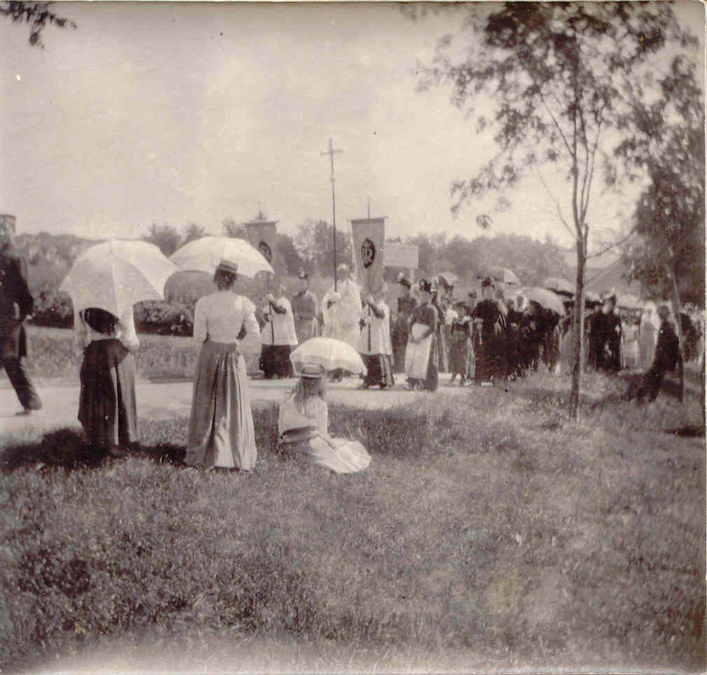 Toeschouwers bij de Larense St. Jansprocessie, ca. 1902-1903, foto William Henry Singer jr.
