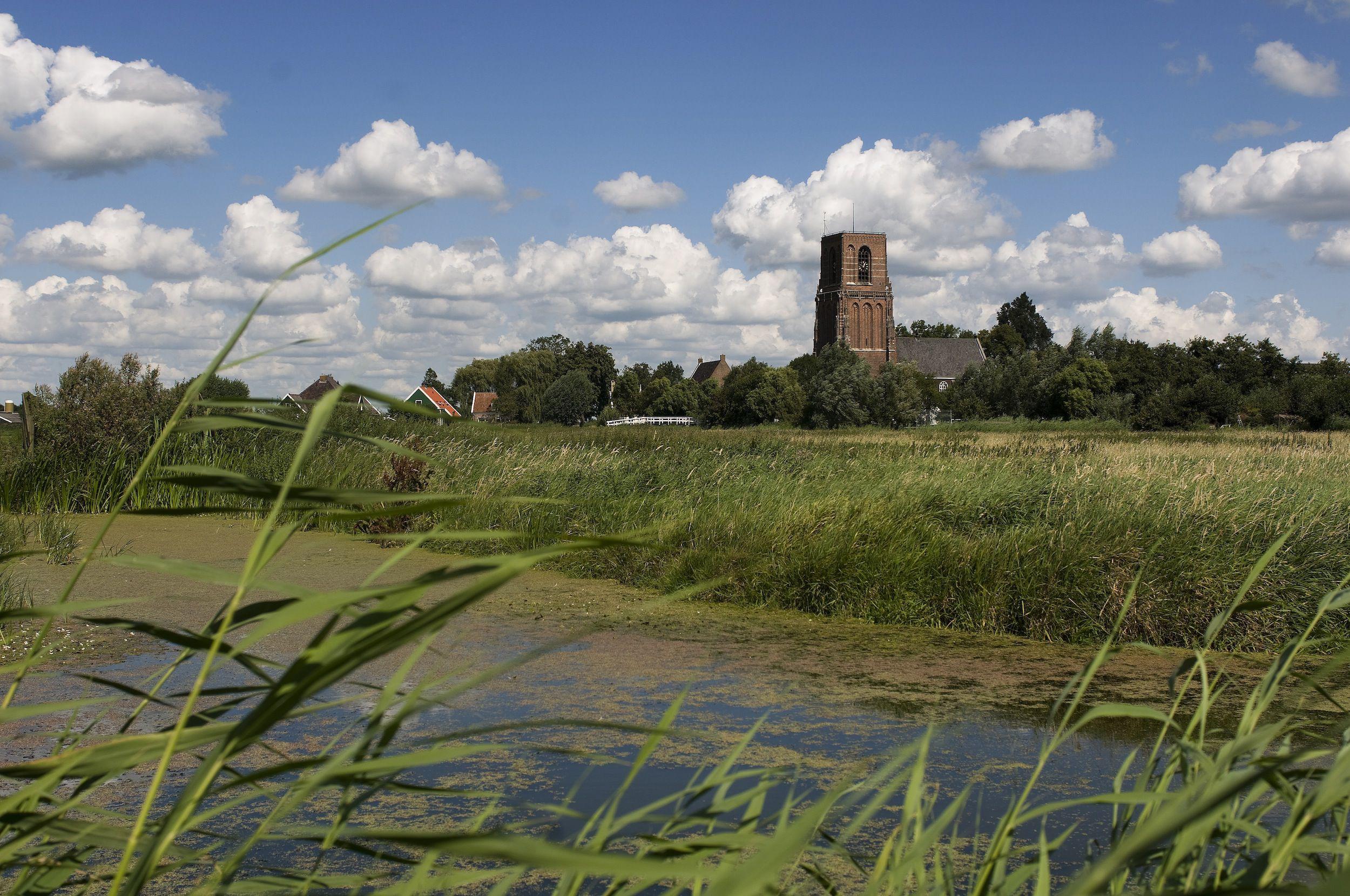 Gezicht op Ransdorp met zijn stompe toren.