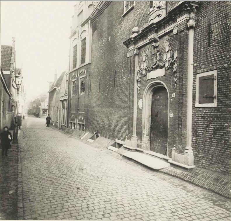 Tuchthuisstraat met rechts de oude ingang van het Tuchthuis, circa 1890.