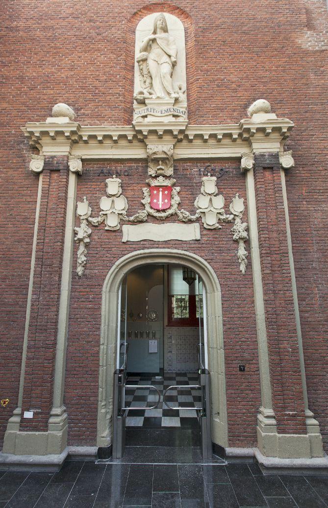 De poort van het oude Tuchthuis in het Frans Hals Museum