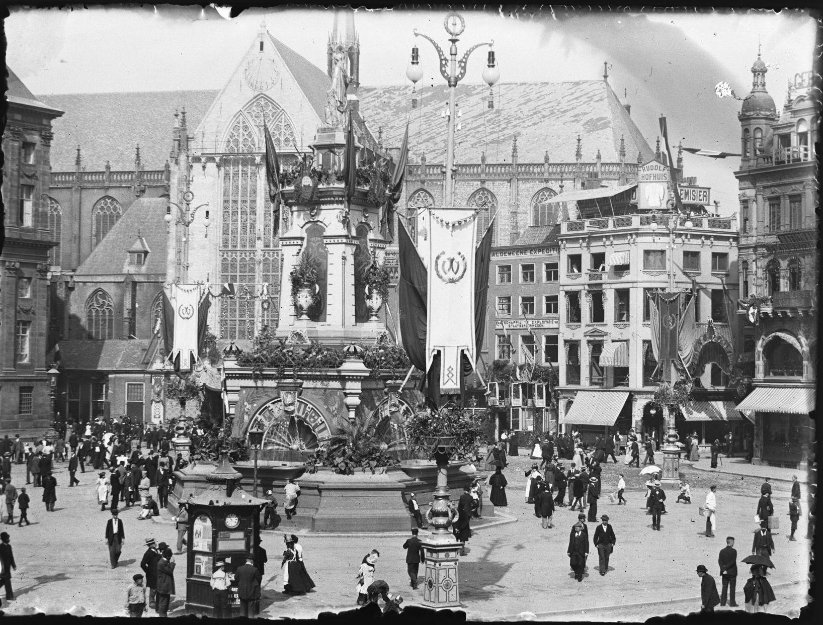 De Nieuwe Kerk en de Dam in 1898 bij de inhuldiging van Wilhelmina
