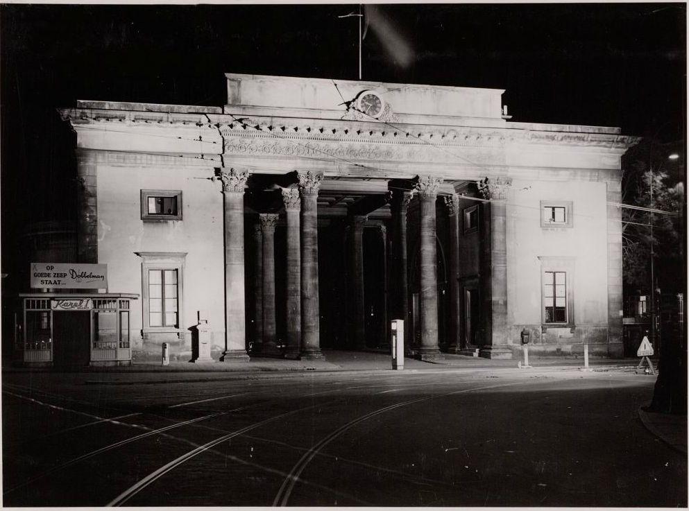 De Haarlemmerpoort in 1948, verlicht ter gelegenheid van de inhuldiging van Koningin Juliana.