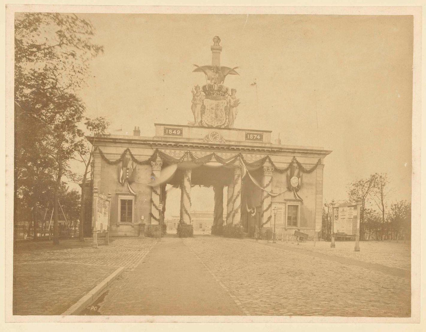 De Willemspoort versierd voor het 25-jarig regeringsjubileum van koning Willem III in 1874