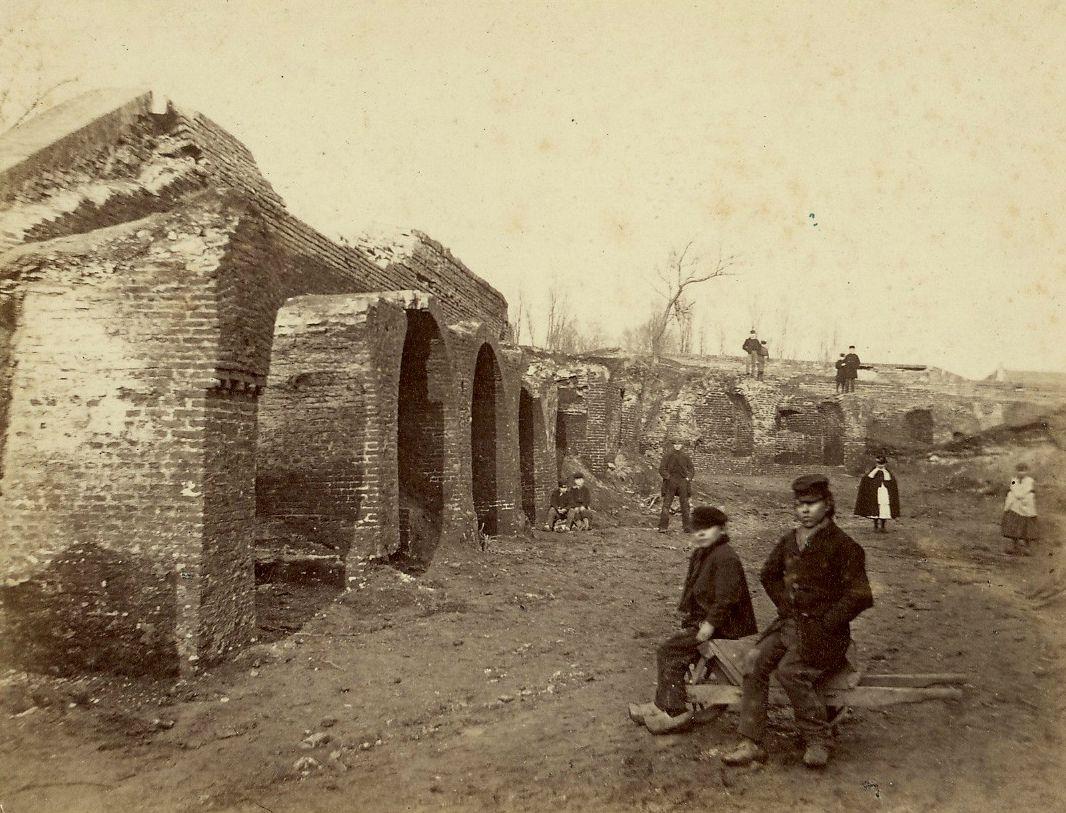 Gezicht op de binnenzijde van de restanten van de westelijke en noordelijke stadswal van Haarlem bij de Kinderhuisvest