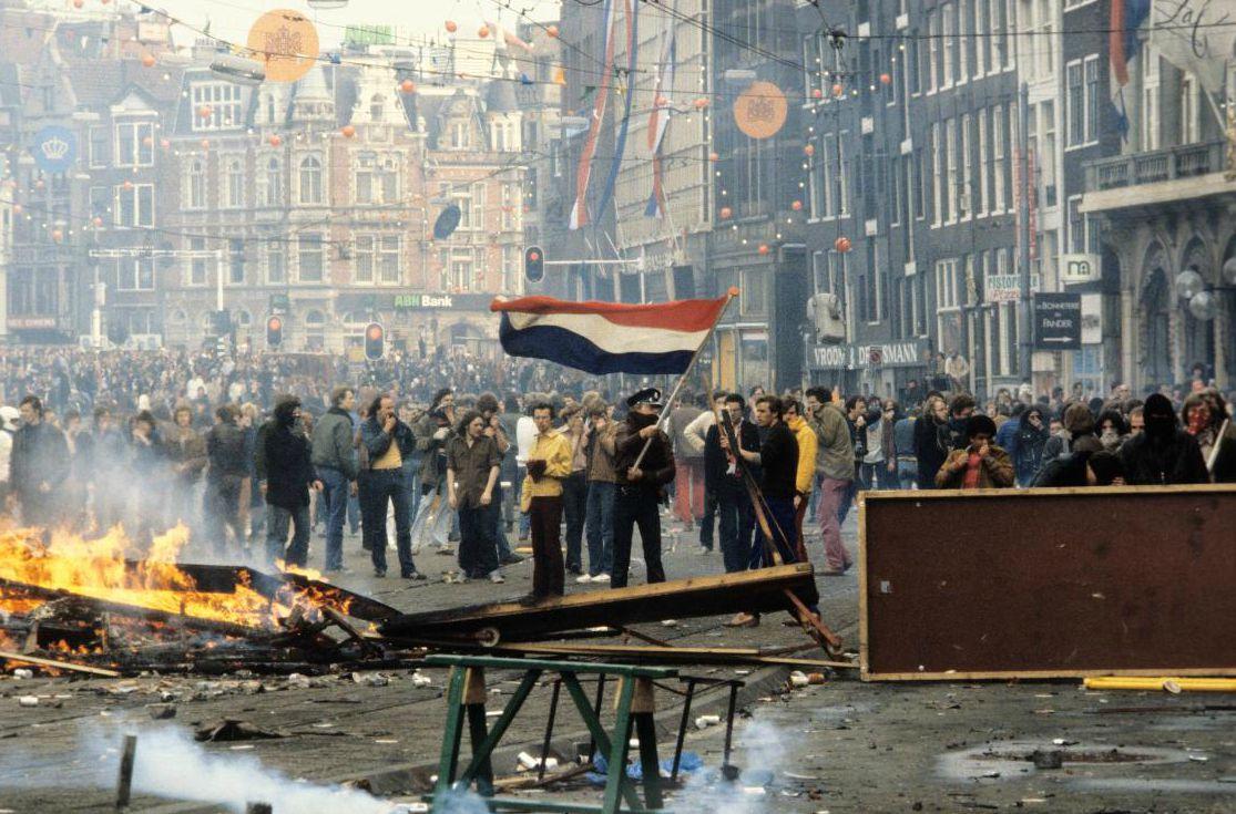 Rellen op het Rokin tijdens de inhuldiging van Beatrix in 1980