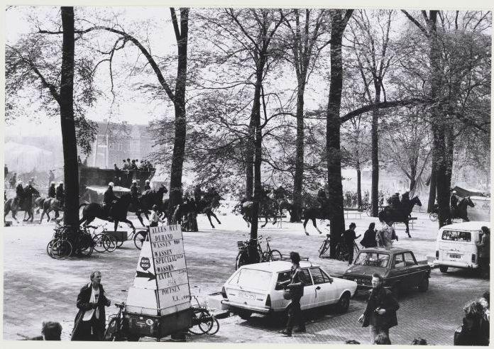 Rellende menigte op het Waterlooplein tijdens de inhuldiging van Beatrix