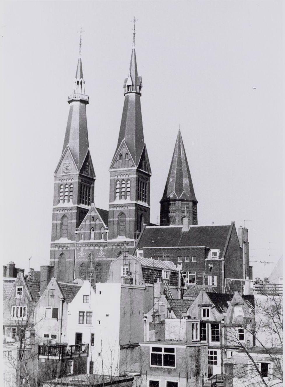 De Posthoornkerk gezien vanuit huizen aan de Brouwersgracht