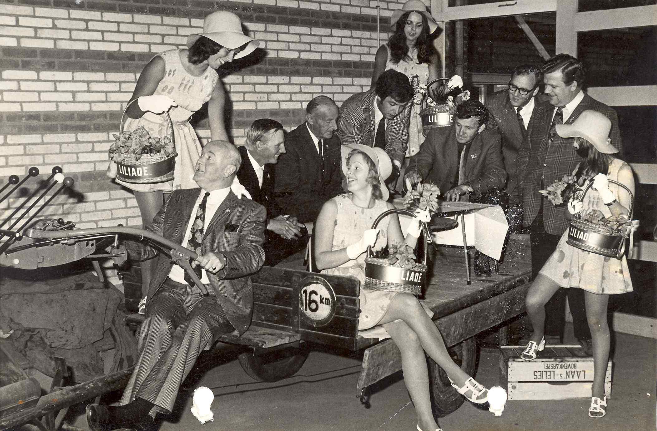 Bloemenmeisjes en bestuursleden in 1972, met N.P. de Vries, P. Schouten, H. Hoogervorst, N. Laan, H. Kops, P. Baas en P. Struyff.